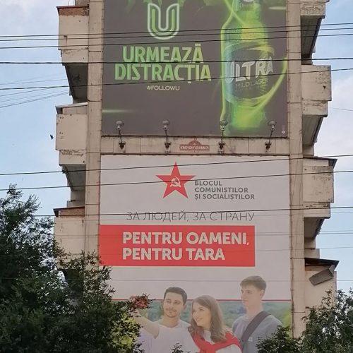 Wahlplakat er Kommunistischen Partei neben der Werbung für Bier am Rand von Chisinau